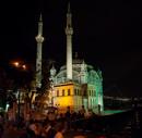 Mecidiye moskén vid foten av bron över bosporen