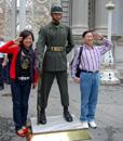 orörlig vakt, trots japanska turister